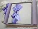 bijela cestitka tvrdih korica s lila satenskom masnom