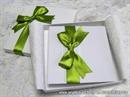 bijela cestitka tvrdih korica s zelenom satenskom masnom