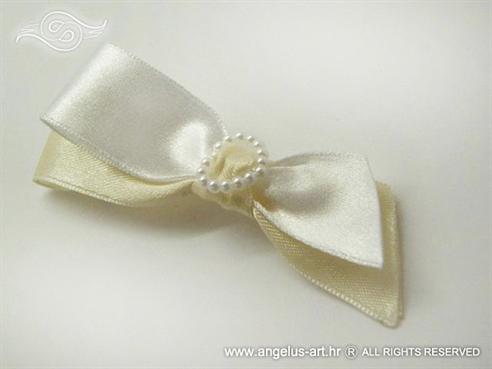bijela kitica za rever na vjenčanju s krem trakom i bijelim srcem