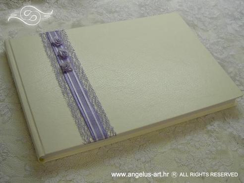 bijela knjiga s lila ružama i ljubičastom mrežom