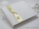 bijela knjiga za vjenčano prstenje s krem mašnama i bijelim srcima