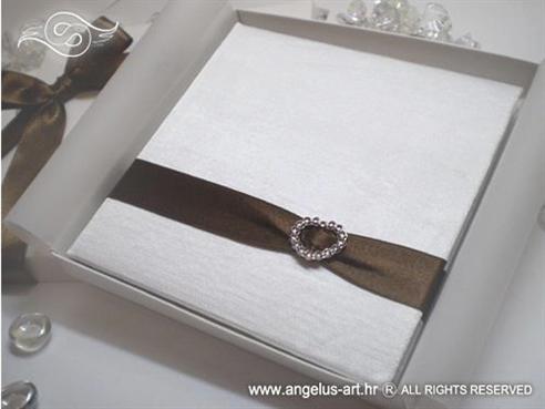 bijela knjiga za vjenčano prstenje sa smeđom trakom i brošem srce