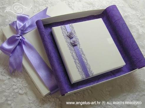 bijela knjigica za prstenje s ljubičastim ružama i lila mašnama