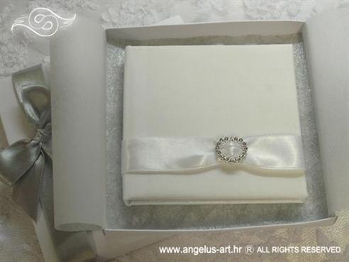 bijela knjigica za vjenčano prstenje sa srebrnim mašnama i srcem
