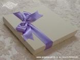 bijela kutija dekorirana ljubičastom mašnom