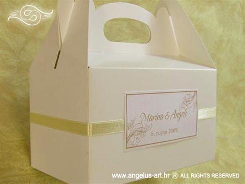 bijela kutija s krem dekoracijama i krem trakom