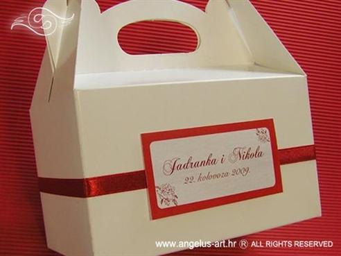 bijela kutija za kolače s bordo crvenom trakom