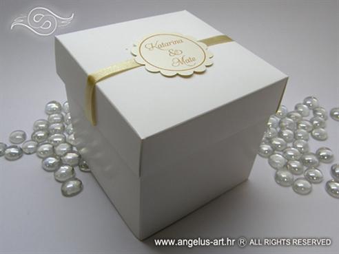 bijela kutija za kolače s krem dekoracijama