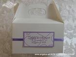 bijela kutija za kolače s ljubičastim dekoracijama