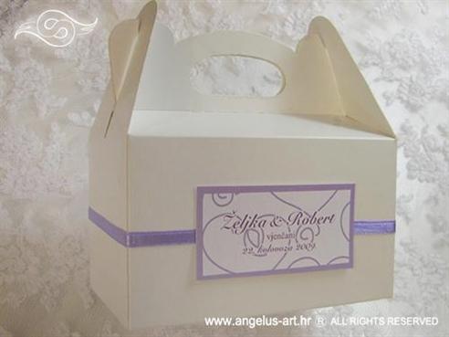 bijela kutija za kolače s ljubičastom trakom i dekoracijama