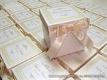 bijela kutija za kolace s reljefnom strukturom i krem masnom