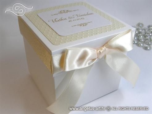 bijela kutija za kolace s reljefnom strukturom i satenskom masnom