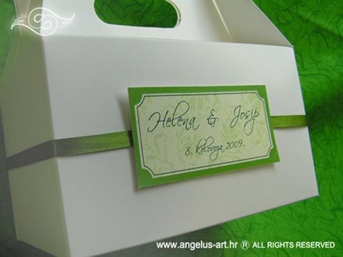 bijela kutija za kolače sa zelenom trakom i imenima mladenaca