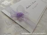 bijela lila pozivnica za vjenčanje s lila mašnicom i satenskom ružom