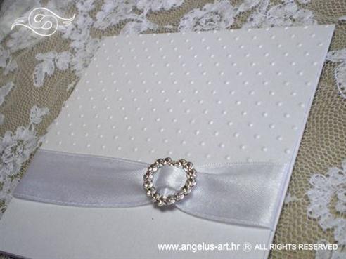 bijela perlasta pozivnica za vjenčanje s 3D strukturom točkica i brošem srce