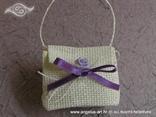 bijela pletena torbica kao konfet za vjenčanje s ljubičastom ružom
