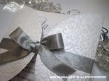 bijela pozivnica boje leda s blindruckom i srebrnom mašnom