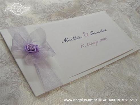 bijela pozivnica s lila organdij mašnicom i ružom