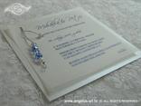 bijela pozivnica s plavim perlicama na srebrnom konopcu