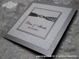 bijela pozivnica sa srebrnim detaljima i perlicama s tiskom