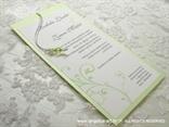 bijela pozivnica sa zelenim perlicama u bijeloj etui pozivnici