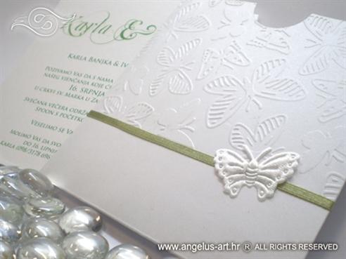 bijela pozivnica sa zelenom trakom i leptirom