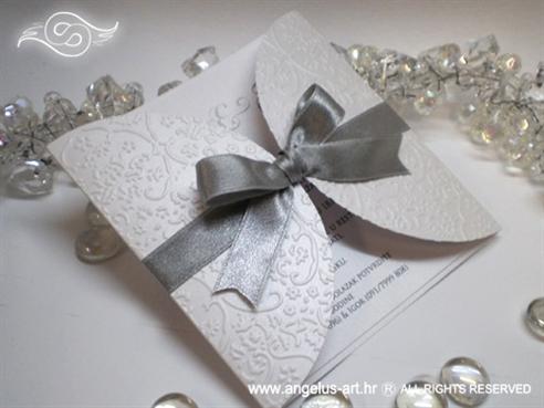 bijela pozivnica za vjenčanje s 3D čipkom i srebrnom mašnom