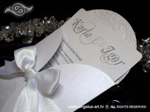 bijela pozivnica za vjenčanje s 3D tiskom i bijelom mašnom