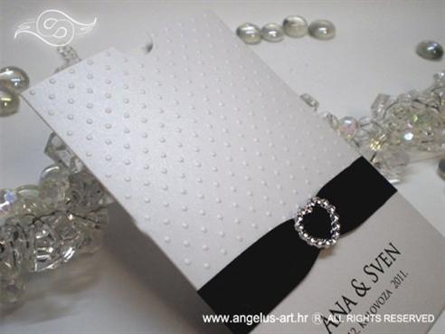 bijela pozivnica za vjenčanje s crnom trakom i brošem srce