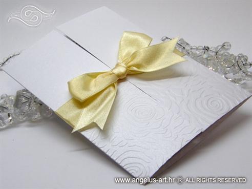 bijela pozivnica za vjenčanje s krem mašnom i 3D ružom