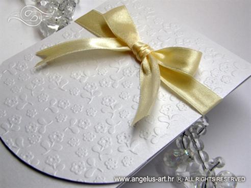 bijela pozivnica za vjenčanje s krem mašnom i 3D tiskom