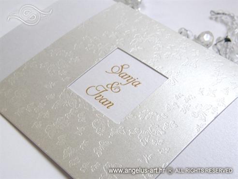 bijela pozivnica za vjenčanje s leptirima i imenima mladenaca