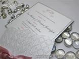 bijela pozivnica za vjencanje s reljefnom strukturom i grafikom andela