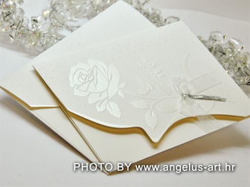bijela pozivnica za vjenčanje s ružom i organdij bijelom mašnom