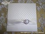 bijela pozivnica za vjenčanje sa satenskom trakom i brošem