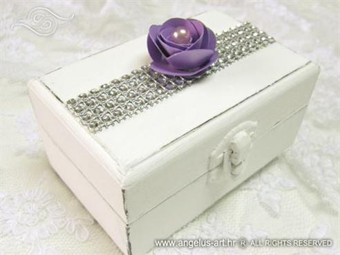 bijela skrinjica za vjencano prstenje s ljubicastom ruzom