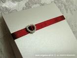 bijela zahvalnica s crvenom satenskom trakom i perlastim srcem
