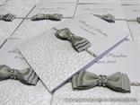 bijela zahvalnica za vjencanje s reljefnim uzorkom i srebrnom masnom