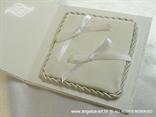 bijeli jastučić za prstenje unutar bijele knjige