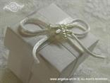 bijeli konfet za vjenčanje s bijelom mašnom i leptirom