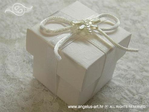 bijeli konfet za vjenčanje s konfetnim bombonima i bijelom mašnom