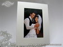 bijeli samostojeci okvir za fotografiju kao zahvalnica za vjencanje