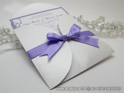 bijelo ljubičasta pozivnica za vjenčanje u omotnici na rasklapanje