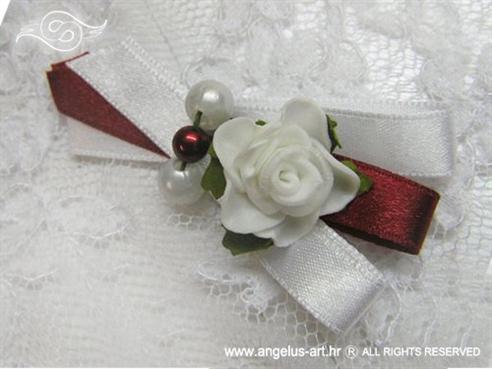 bordo bijela kitica za rever na vjenčanju s perlicama i bijelom ružom