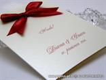 bordo crvena mašna na šampanj zahvalnici za vjenčanje