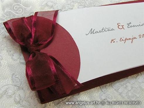 bordo crvena pozivnica za vjenčanje s organdij mašnom