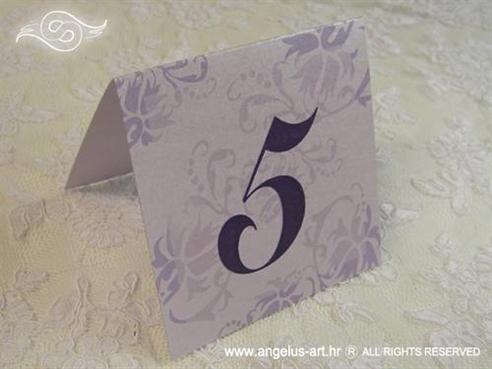 broj stola za vjenčanje s ljubičastim cvjetovima