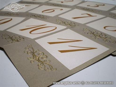 broj stola za vjenčanje u zlatnoj boji s ornamentima