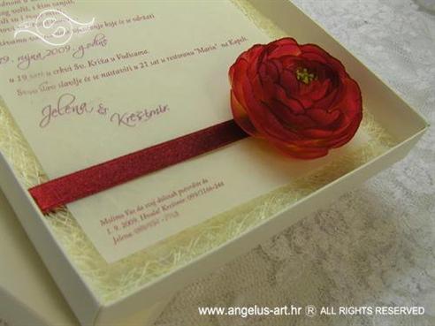 cestitka od krem sisala dekorirana crvenim cvijetom