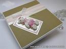 cestitka tvrdih korica u prigodno dekoriranoj kutiji s bijelim medom
